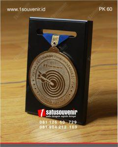 plakat kayu medali bank indonesia