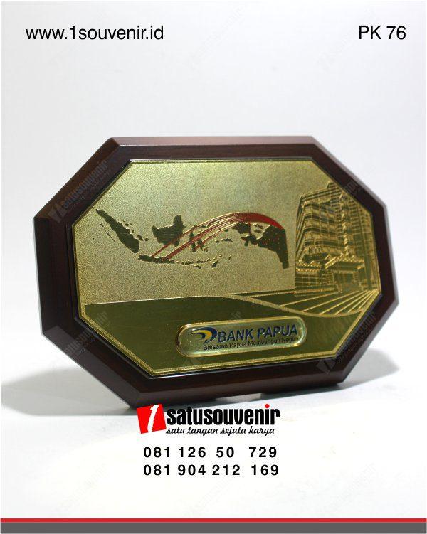 plakat kayu bank papua