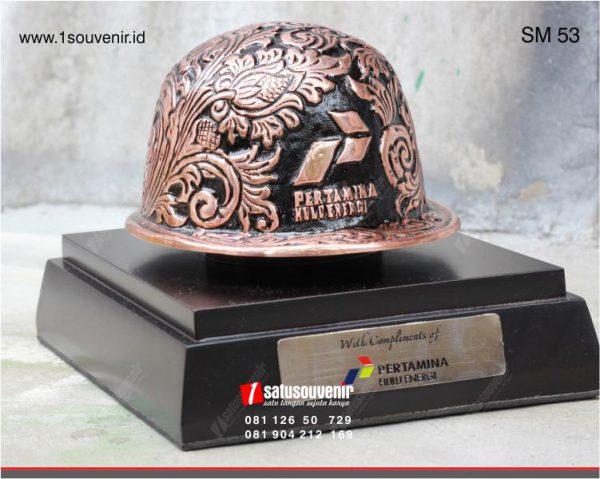 souvenir miniatur helm pertamina