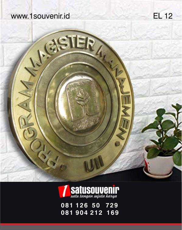 kerajinan kuningan logo program magister uii